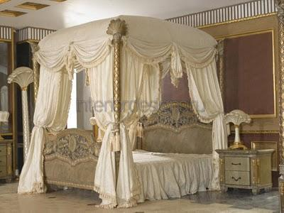 роскошный интерьер спальни с деревянной кроватью