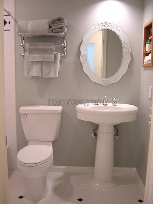 свободное место с декоративными полками для ванной