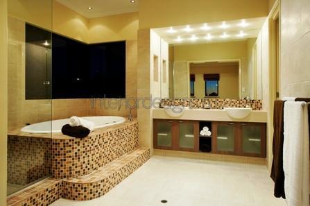 ванная с мозаичной отделкой