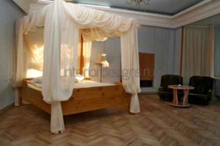 деревянная кровать с шелковым балдахином