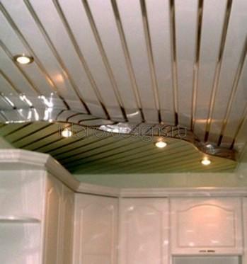 оформление потолка реечной конструкцией