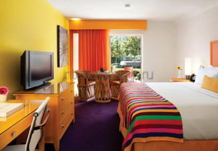 оформление спальной комнаты в ярких тонах