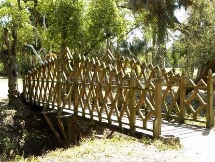 деревянный мост возле дома