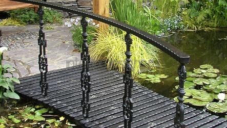 металлический мостик на садовом участке