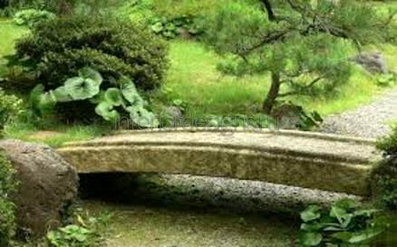 каменная переправа через водоем