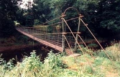 висячий мостик в саду