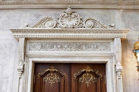 украшение свода над дверью