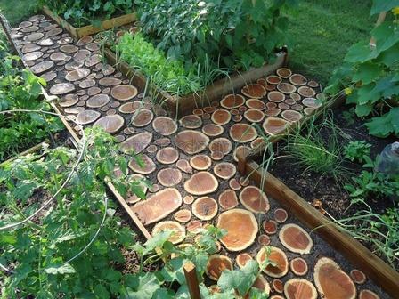 деревянная тропинка на даче