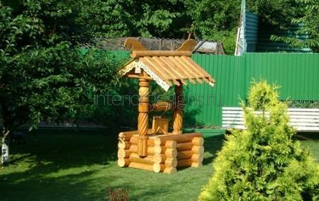 деревянная постройка в саду