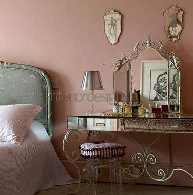 столик с зеркалом в будуарной зоне