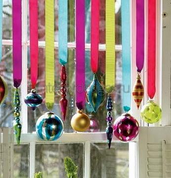 оконный орнамент с елочными игрушками