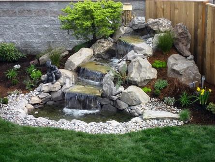 небольшой водопад во дворе