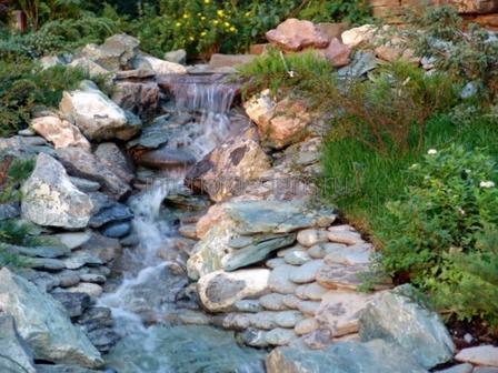 небольшой ручей возле дома