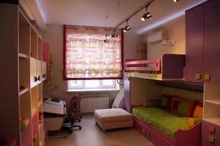 уютный дизайн узкой детской комнаты