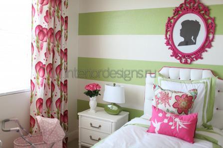 яркие шторы в комнате девочки