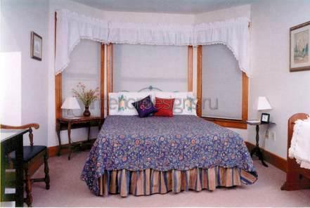 уютный дизайн спальни с эркером