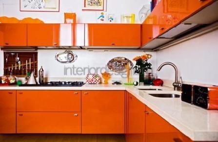 сочетание белого и оранжевого в комнате