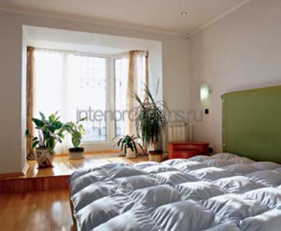 красивый интерьер спальни с балконом