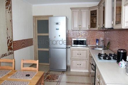 холодильник возле двери