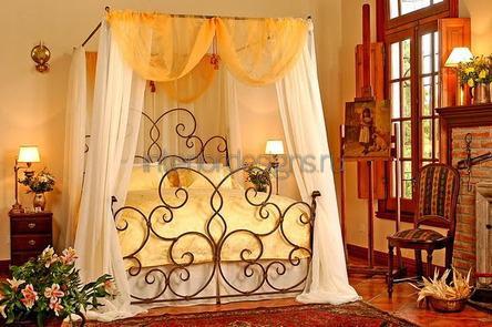 кровать с коваными перилами