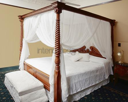 двуспальная кровать с навесом