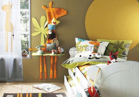 самодельный столик возле кровати
