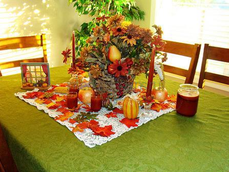 осенняя композиция из листьев и овощей