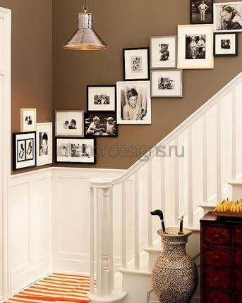 фоторамки на стене у лестницы