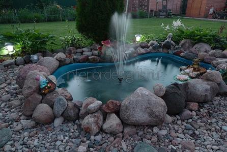 небольшой водоем возле дома