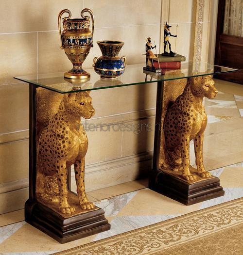 Египетские вазы на столе