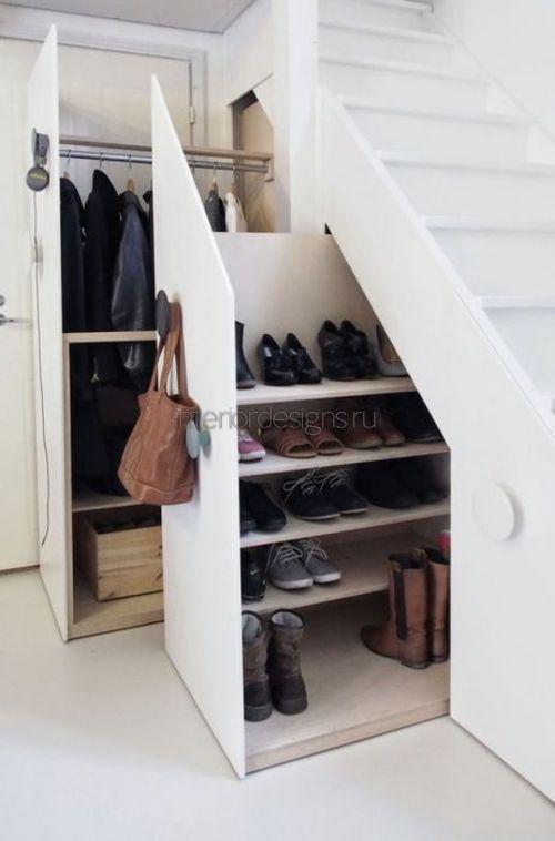 Место для обуви под лестницей