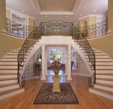 холл с лестницей в частном доме фото