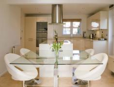 дизайн кухни со стеклянным столом
